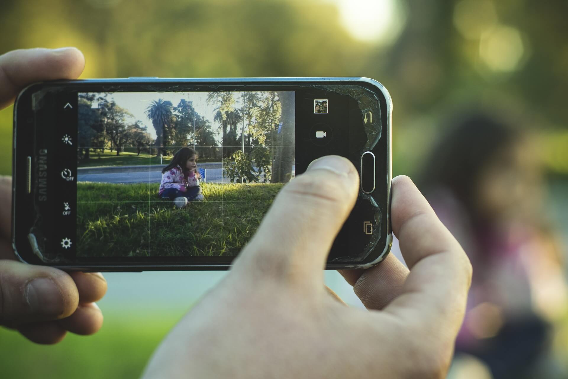 content/ja-jp/images/repository/isc/2020/is-it-safe-to-post-photos-of-your-kids-online.jpg